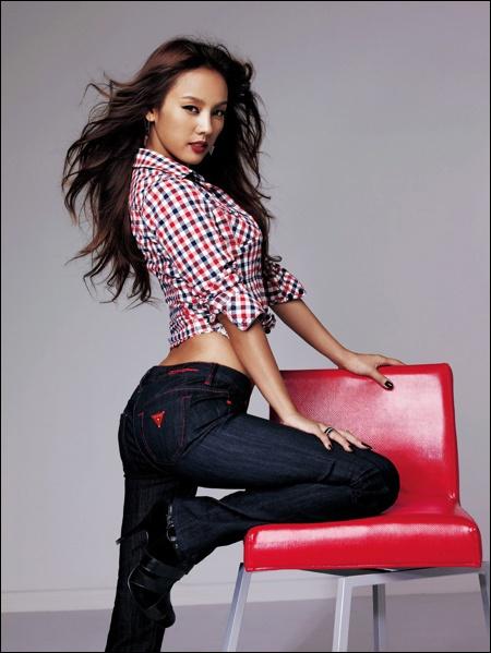 继孙淡妃,韩孝珠等当红明星成为牛仔裤品牌代言人后,李孝利也加入这一