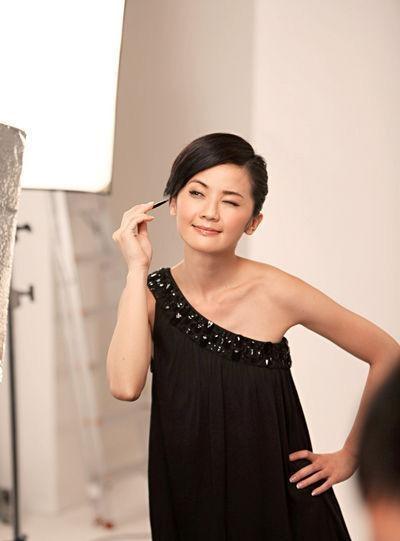 蔡卓妍代言国际名牌彩妆 可爱女生演绎经典时尚