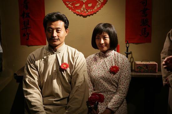 《可爱的中国》剧照 上影集团献礼新中国成立60周年的影片《可爱的中国》将于9月8日公映。9月3日,影片在上海举行了盛大的首映活动,导演胡雪杨与任程伟、张晓林、程前、王雅捷等主创集体出席。在这部讲述革命烈士方志敏伟大而感人的一生的影片中,荧屏硬汉任程伟成功地颠覆了他以往的形象,将身患肺痨的方志敏诠释得入木三分。任程伟自己在看完片后都不禁自夸:我真的觉得我演得还可以!   我希望大家看片时疑惑一下这是任程伟吗?能这样,我就觉得成功了。正式邀请任程伟加盟《可爱的中国》时,胡雪杨不仅没有剧本,连故事大