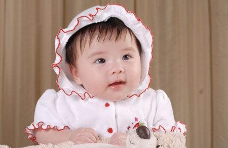 不肯向大家公布小宝贝的名字,从照片上看,小姑娘粉嘟嘟的,非常的可爱