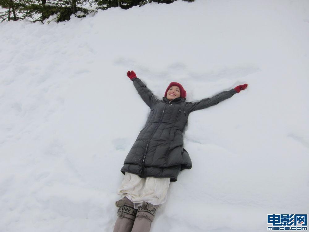 舒淇欧洲雪地写真显活泼可爱