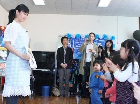 人气女星深田恭子亮相东京某幼儿园,与小朋友们一起宣传3d动画片《豆