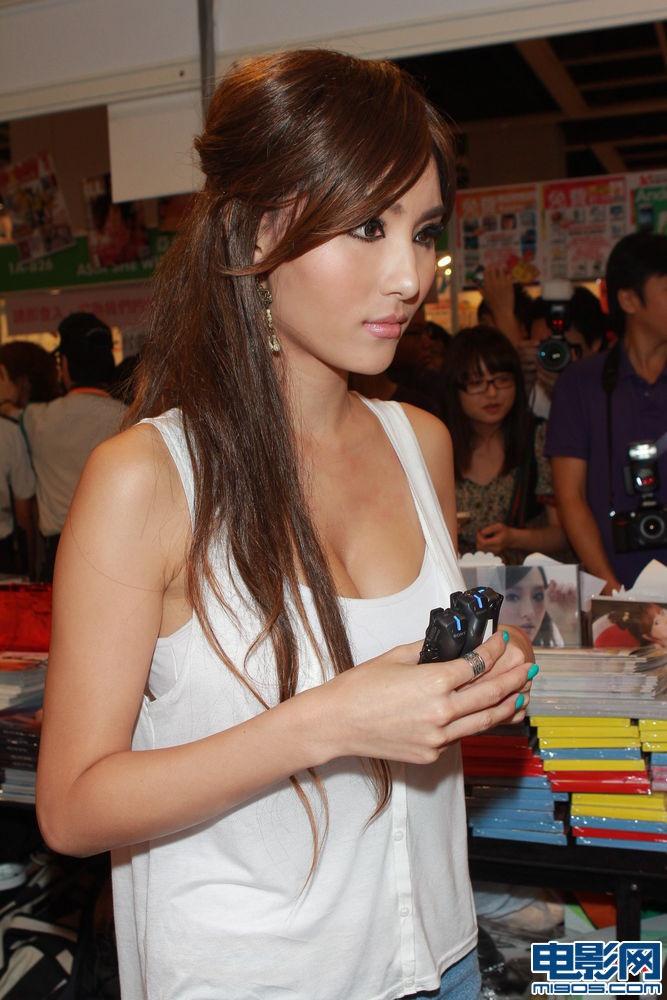 美女被摸胸gift_许颖深v短裤宣传写真集 自爆在酒吧工作被摸胸