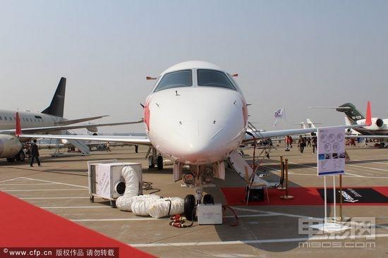 成龙私人豪华飞机首亮相 内饰奢华上机前需脱鞋