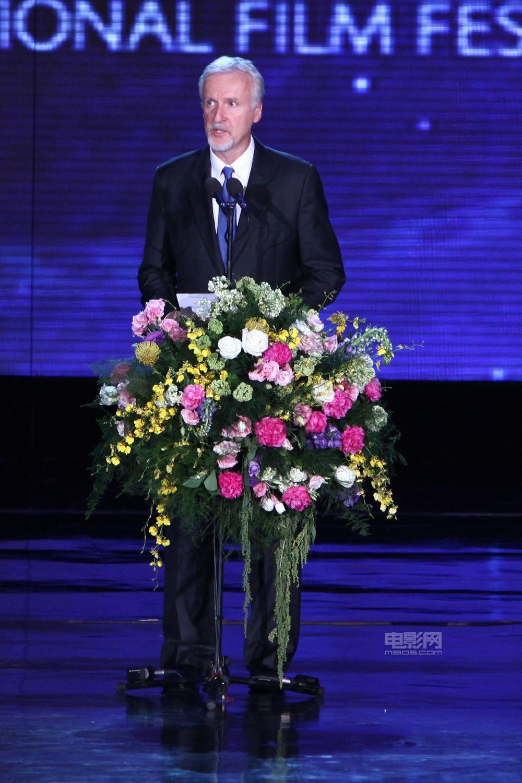 当地时间4月23日晚,第二届北京国际电影节开幕式光影流金在国家会议中心隆重举办,开幕式群星璀璨、嘉宾云集,来自海内外著名导演、演员、国际电影节主席、国际著名电影企业高端人士等齐聚北京。图为:詹姆斯卡梅隆