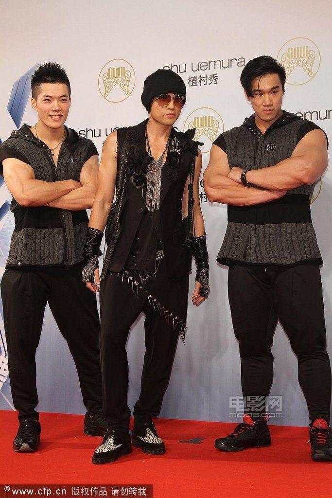 而周杰伦携两猛男亮相,老大哥费翔帅气依旧,林宥嘉黑色西装卖萌,五月图片