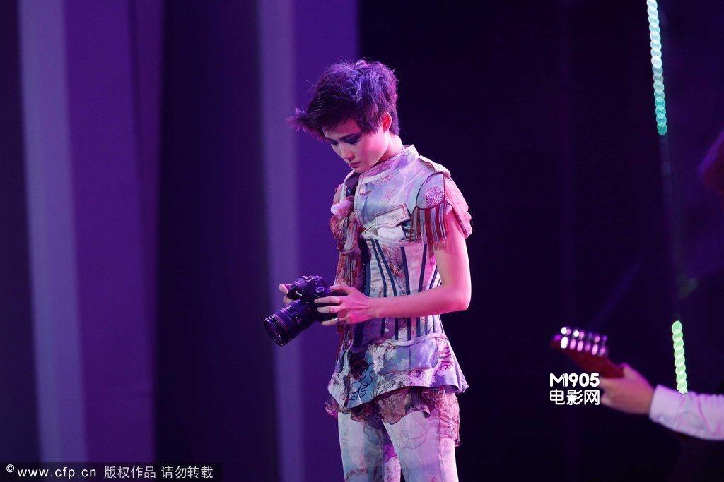 此次李宇春演唱会堪称视觉盛宴,在3d打造的舞台效果下令无数玉米疯狂.
