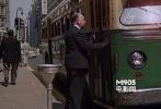 影片刚开始,他错过了一辆公共汽车。到了中后期,希区柯克为了不影响大家寻找他,故意出现得比较早一些。《西北偏北》希区柯克同样出现了极短,但是同样的引人注目——赶到公车前刚好关门,胖子只好一脸无奈。经过这一幽默,观众自然可以完全投入不寻找他的故事之中。