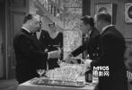 电影开始一个小时后,在Claude Rains的豪宅里,参加一个大型聚会,喝完香槟之后很快就离开了。但有趣的是因为他豪饮香槟致使英格丽•褒曼的角色去地窖取酒竟发现了铀设施。