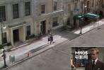 希区柯克出现在影片中两次但都不是在公寓本身,这和《怒海孤舟》有异曲同工之妙,一次是他作为窗外的行人另一次是以霓虹灯的形式出现在窗外远方建筑上。