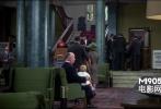 在酒店大堂,希区柯克右腿坐着一个小孩,忽然被小孩撒了泡尿,赶紧抱到左腿上,接着用手摸摸小孩坐过的裤子,然后假装没事的抹在椅子上……