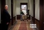 镜头跟着女主角走廊,希区柯克突然打开房门,走出来,张望了一下。十分醒目。