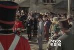 如果将《夺魂索》算在内的话,希区柯克一共在3部电影中客串了2次,这一部也在其中。一次是背影。