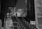 在影片开头出现,在楼梯的高处穿过银幕。