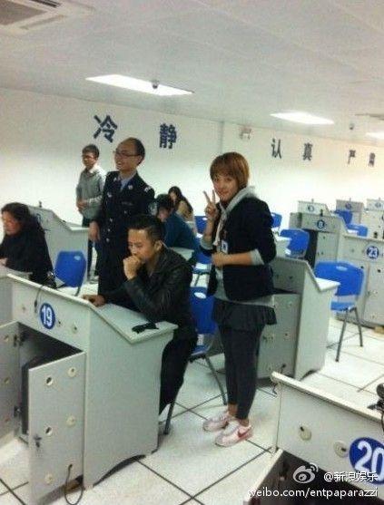 邓超回家乡考驾照引围观 专注考试遭孙俪调侃