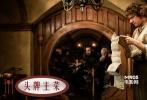 """""""霍比特人""""根据英国作家托尔金1937年的同名小说改编,出版时间要在《魔戒》之前。简单来说,它是《魔戒》的前传,因为《魔戒》里的很多角色和故事,都是从""""霍比特人""""延续和延伸出来的。</br>但是,相比堪称鸿篇巨制的《魔戒》,""""霍比特人""""的篇幅相对要简短得多。所以""""霍比特人""""最早的想法是拍成上下两部,而非现在的三部曲。华纳兄弟显然不愿意同一本书凭白失去多卖一次的机会,所以""""霍比特人""""最终还是按照三部曲的规格来打造。彼得•杰克逊表示,为了加塞进足够多的剧情内容,""""霍比特人""""会融入部分《魔戒》原著附录中的内容。换言之,尽量丰富其与《魔戒》的关系。</br>所以,精灵女王凯特•布兰切特、王子奥兰多•布鲁姆等老面孔都会再度回归。"""