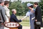 罗斯福虽然小儿麻痹,但风流韵事却绝不少。作为总统,他房事远扬。海德公园正是罗斯福总统的故居,乔治六世1939年来访时,曾到这里拜访。这次拜访往大了说是英国王室首次访美,往小了讲,是给罗斯福创造了一个泡黛丝表妹的机会。</br>2009年,乔治六世访美刚好七十周年,善于自嘲的英国人把这件事儿搬出来做成了广播剧。《哈德逊岸边的海德公园》正是根据此广播剧改编而来。片中,这次访美的恩恩怨怨都将涉及,乔治六世这位冤大头戏份也不会少——忘了说,他就是《国王的演讲》中的那位口吃国王。据说,片中麻痹总统遭遇口吃国王的戏份,十分喜感。