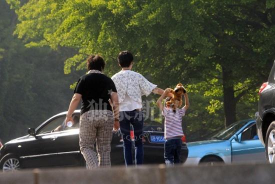 揭秘董洁离婚后生活 剪短发与父母带儿子玩耍