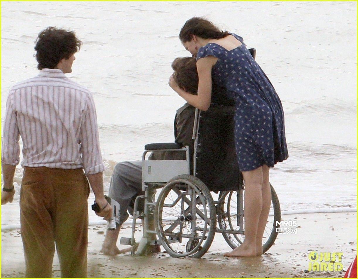 片场照中,埃迪·雷德梅恩坐在轮椅上,侧歪的头部真如霍金般