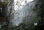"""""""空山新雨后,天气晚来秋。""""《变形金刚4:绝迹重生》在结束了香港的拍摄后,于10月30日转战重庆武隆县天生三桥景区正式开拍。为了迎接好莱坞大片的取景拍摄,景区将封园7天,而位于山涧中的拍摄现场也已早早拉起警戒线,只有剧组工作人员紧张地进行场地搭建。"""