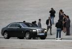 11月2日,好莱坞巨制《变形金刚4:绝迹重生》完成在北京长城的取景拍摄后,剧组迅速移师天津继续拍摄。在天津大剧院的水池前,导演迈克尔·贝携主演李冰冰、斯坦利·图齐等明星现身,一同亮相的还有一台银黑配色的劳斯莱斯豪车。在与对手戏演员一番耳语后,李冰冰与图齐快步登上台阶,开始影片的拍摄。未来几天内,《变形金刚4》还将在京津其他地点取景拍摄。