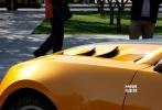 """11月4日,《变形金刚4》在北京市内的盘古大观取景拍摄,据悉,在盘古的拍摄工作,将是本次《变形金刚4》在中国拍摄的最后一站。令人期盼已久的汽车人""""大黄蜂""""出现在片场,一时间引发无数北京市民围观拍照。"""