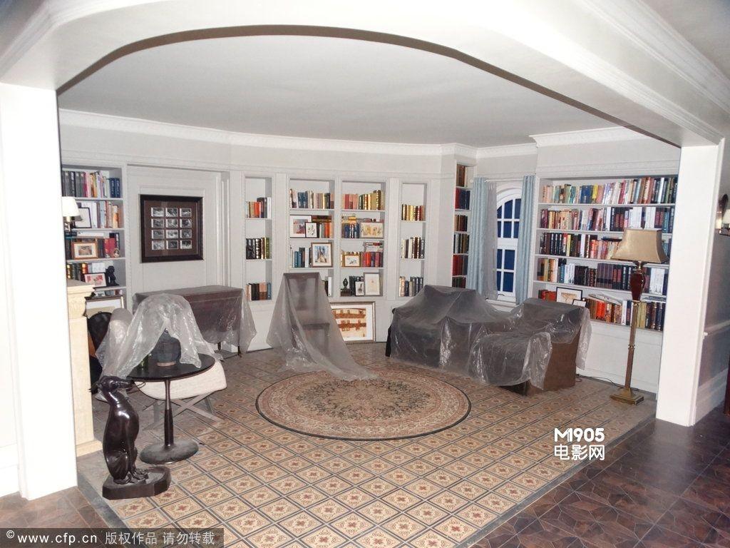 当天,摄影棚内别墅场景曝光,内设欧式家具摆放气派,书房,厨房,餐厅