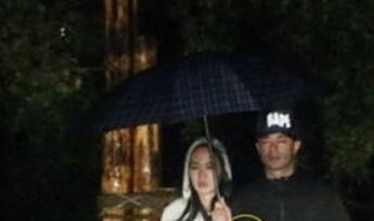 华地下情曝光 雨中漫步撑伞同回酒店图片