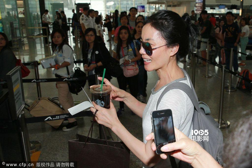 王菲素颜现身机场匆忙离港