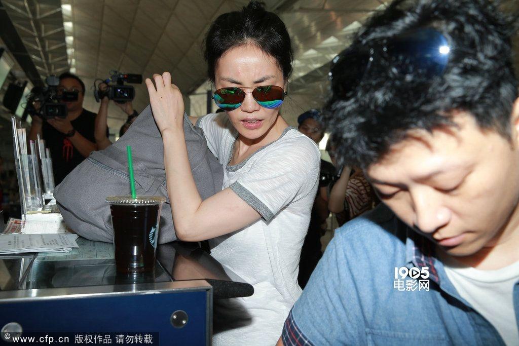 """7月22日下午,王菲素颜戴墨镜,穿白色上衣配牛仔裤,现身机场离境大堂。王菲步出离境大堂后,立即转上电梯,记者发现后随即追访,王菲更于电梯上奔跑几步,不时以手掩脸。问到王菲去哪儿?她表示回北京,之后又说道:"""" 不要搞到这么大阵仗,你们不要这样啊! """"之后王菲又否认去北京工作。途中有喇嘛呼叫王菲,王菲亦双手合十回应对方。讲到有指其前夫李亚鹏的绯闻,王菲并无回应。 在办理登机手续时,王菲与助手八卦询问记者在机场等谁,知道记者等张耀扬返港后,即摇头表示不认识对方。至于好友刘嘉玲的舞台剧近日"""