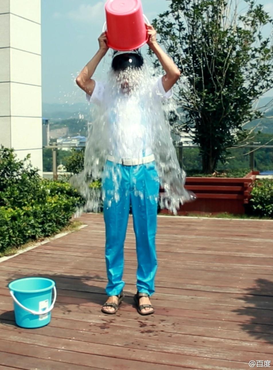 """1905电影网讯 近日,一项""""ALS冰桶挑战""""的公益活动风靡全球。包括刘德华、周杰伦、王力宏、五月天、章子怡等在内的众多华语演艺明星,李彦宏、王思聪等在内的企业名流纷纷加入挑战的队伍,湿身嗨不停。 最近,这项名为""""ALS冰桶挑战""""风靡全球,此慈善活动从体育圈发端,已经蔓延到蔓科技圈,现今又在娱乐圈达到话题巅峰。该运动从发源地美国一路浇到中国,众明星、企业大佬均已完成挑战。可以预见的是,在以后的几天,仍会有更多的明星被点名加入。 此活动规则极其简单:当一个人被"""