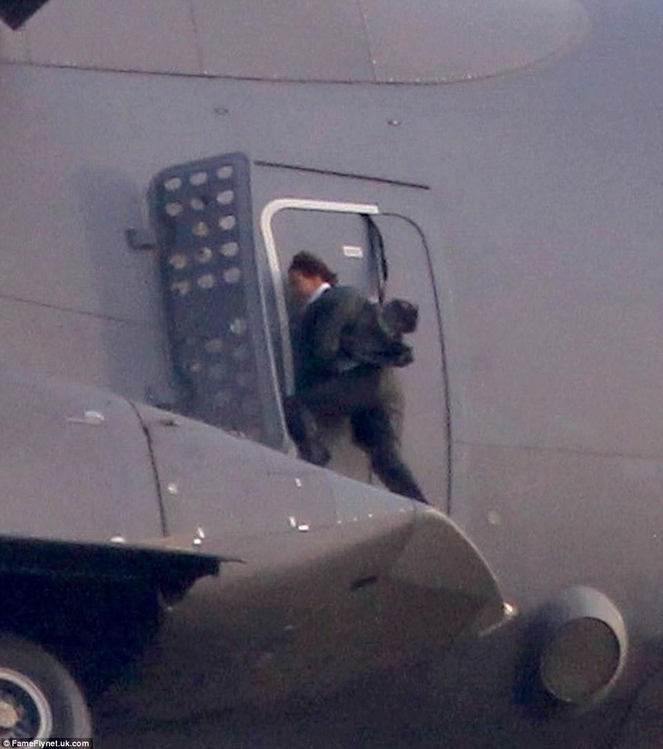 《碟中谍5》惊险照 阿汤哥1500米高空徒手扒飞机