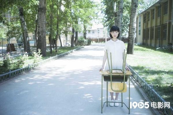 倪妮素颜出演高中生