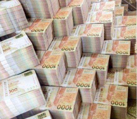 实拍一堆钱的照片_阿雅在微博上传钞票迭成山的照片,还让人以为她到赌场大赢,阿雅急忙
