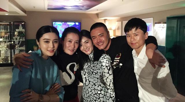 12月10日,造型师张帅晒出一组自己庆生的照片.图片