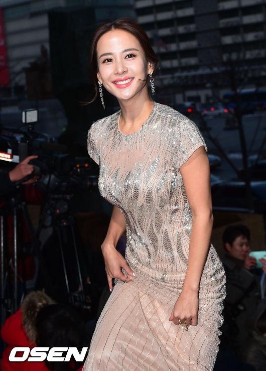 以长裙造型亮相女神范儿十足,只有沈恩京,金赛纶以短裙彰显青春可爱