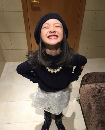 昨日(12月18日)晚上,叶一茜晒出了一组女儿森蝶的照片.图片