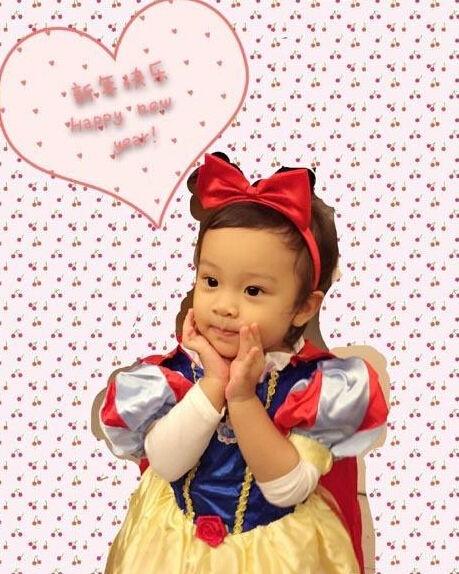 李小璐女儿甜馨变身白雪公主 双手捧脸十分可爱