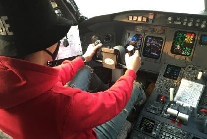 坐在飞机驾驶舱的他双手放在方向盘上态度认真