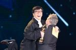 《暮年困境》获最佳影片 成龙、吕克·贝松熊抱