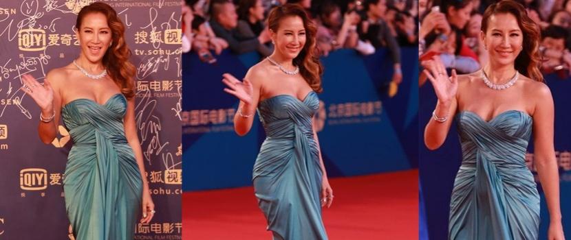 李玟亮相红毯受粉丝热捧 穿蓝色长裙似美人鱼