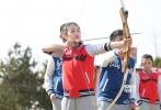 """伴随着五一小长假的结束,电影益智青春真人秀《电影新青年》的第四期,也在5月3日晚于电影频道(CCTV-6)落下帷幕。中国石油大学的杨兆铭和四川传媒学院的马雨彤成为本期淘汰学员,正式告别《电影新青年》的冒险之旅。在越来越紧张的竞赛过程中,""""班长裁决权""""的出现使得淘汰环节更加残酷,也更考验学员们的心理素质;同时""""小个子男生""""的阿甘精神,以及暖男的生日惊喜,也为节目增添了许多正能量。"""