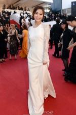 《圣母》戛纳首映 徐令姬着白色鱼尾裙亮相红毯