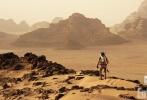 今日,官方发布了《火星救援》的中文终极海报,海报上也确认了这部备受期待的年度大片除了有普通3D和中国巨幕3D版本之外,还会有IMAX3D版本将会上映。其中一款海报中,马特·达蒙穿着宇航员的服装在火星风暴中行走,而这在电影中将是所有故事的开端。遇到风暴后的马克·沃特尼(马特·达蒙饰演)与其他宇航队友失联,他们都以为马克已经遇难,将他滞留在了火星。独自在火星上的马克·沃特尼上演了一出以逗比精神面对惨淡人生的极限生存好戏。