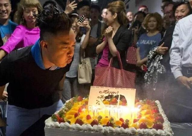 陈奕迅庆41岁表情吹图片表情夸张搞笑(图)_滚微信发火生日蜡烛图片