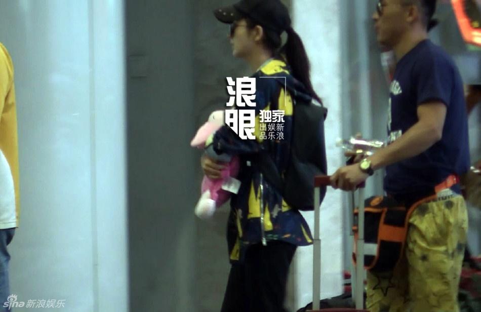 曝佟丽娅现身机场穿平底鞋或怀孕
