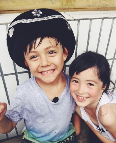 一会儿帽子又跑到了夏天的头上,两个小朋友甜笑可爱.
