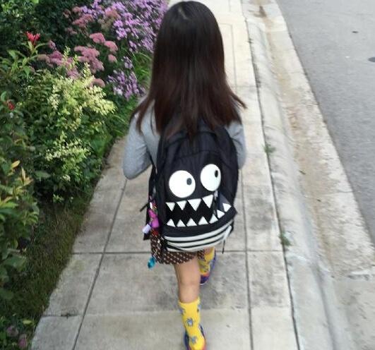 黄磊晒送女儿上学照 多多长发披肩书包显个性图片