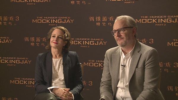 《饥饿游戏3》导演弗朗西斯-劳伦斯与制片人妮娜-杰克森接受凤凰娱乐