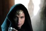 """作为DC宇宙的关键影片,《神奇女侠》备受外界关注。近日,影片曝光了一张全新的剧照。在剧照上,神奇女侠身着最为传统的战袍,呆在一个看起来非常古旧和传统的地方。她从一个造型独特的架子上,""""偷盗""""下了一把宝剑。她偷这把宝剑的目的是帮助克里斯·派恩去结束一切战争。外媒报道,这一把剑,就是她在《蝙蝠侠大战超人》中用来和大反派毁灭日(Doomsday)进行搏斗的兵器。"""